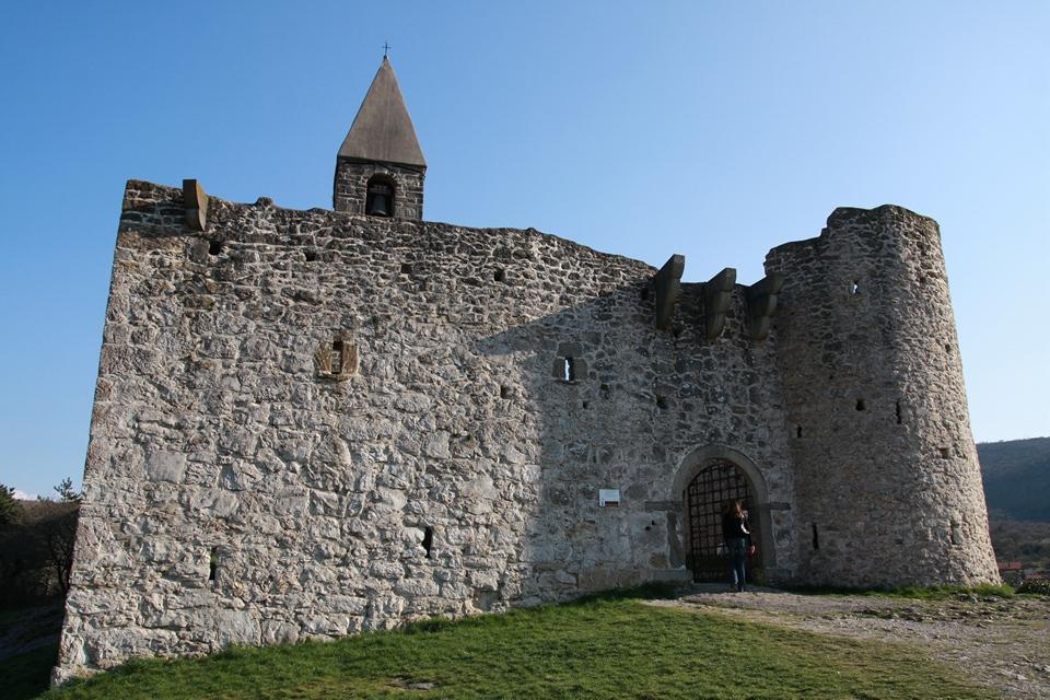 Le mura che difendono la chiesa di Hrastovlje