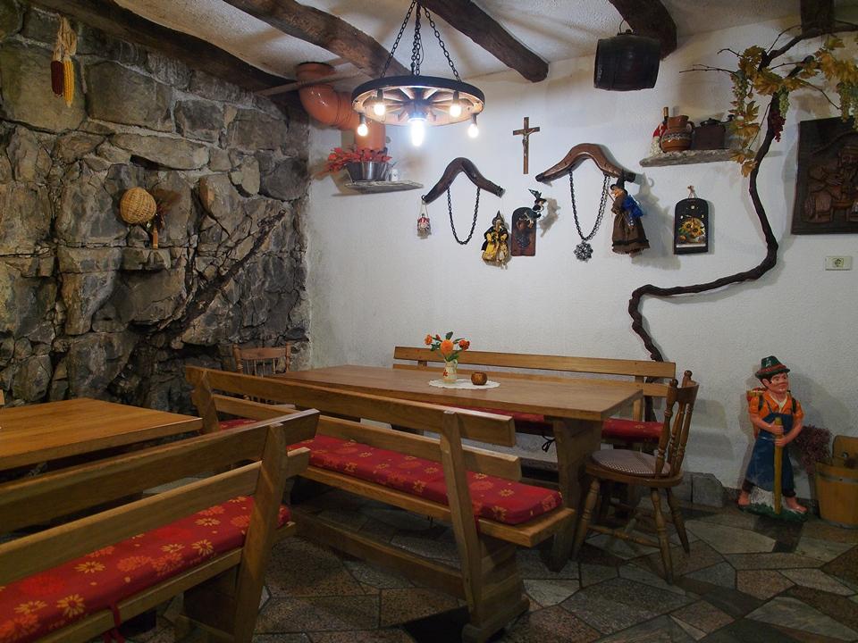 La sala interna dell'agrituristmo Škrgat.