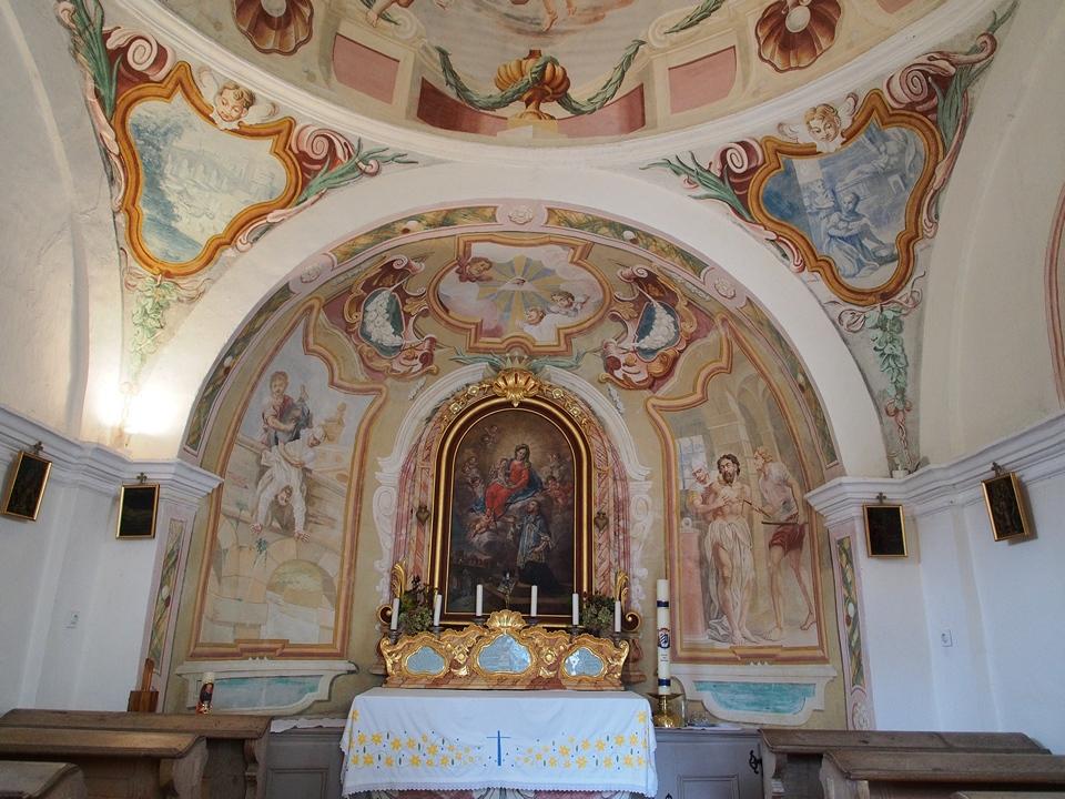 la cappella all'esterno del castello