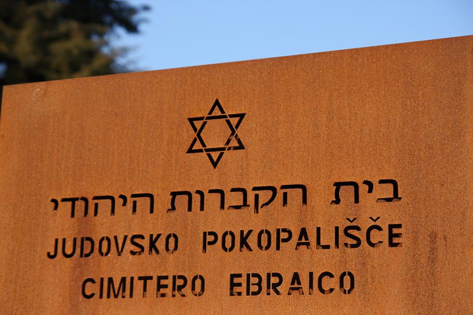 La nuova insegna all'ingresso del cimitero ebraico di Valdirose