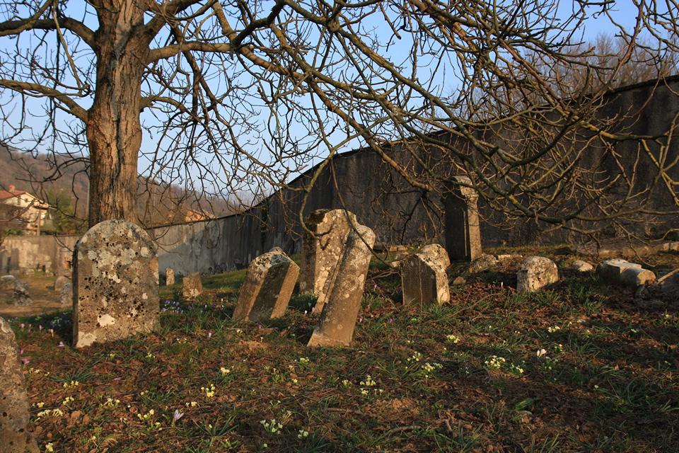 Mucchi di lapidi al cimitero ebraico di Valdirose