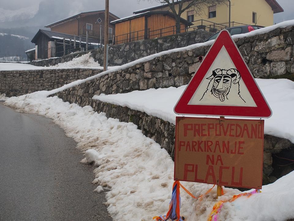 Benvenuti al carnevale di Drežnica, vietato parcheggiare in piazza!