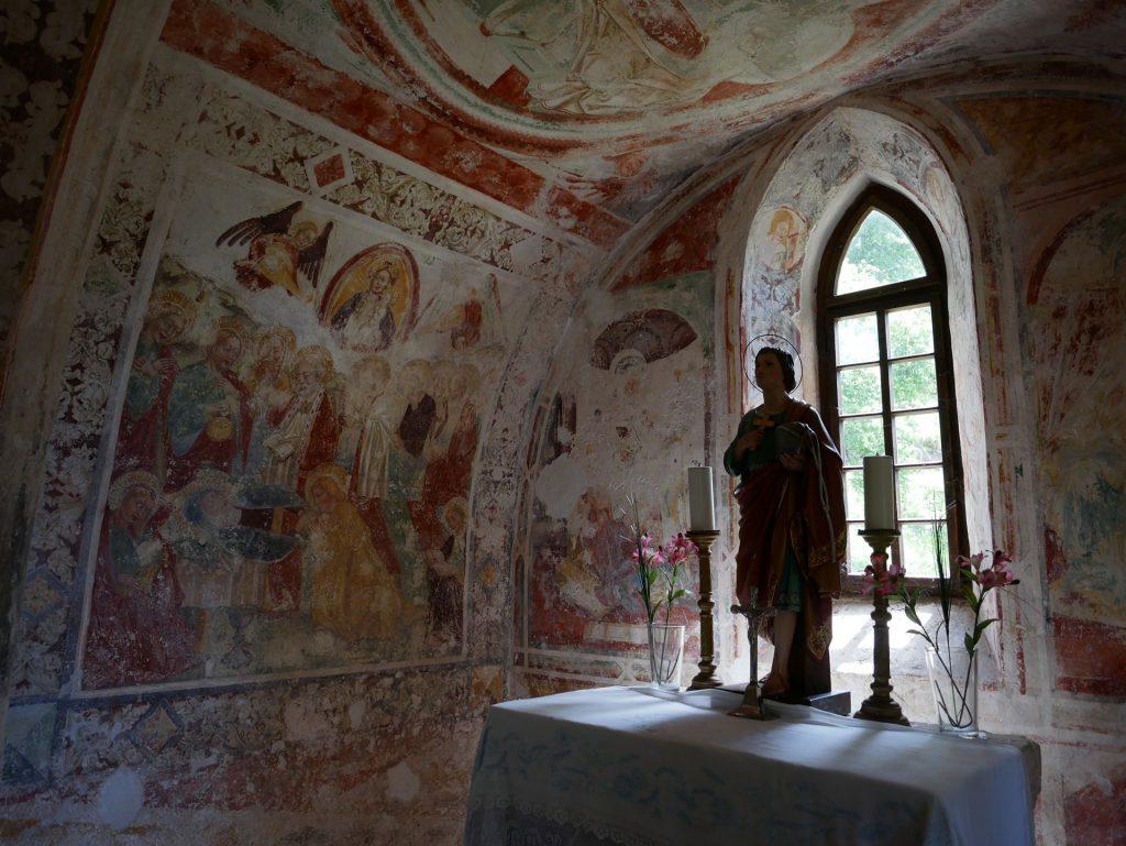 Gli splendidi affreschi nel presbiterio