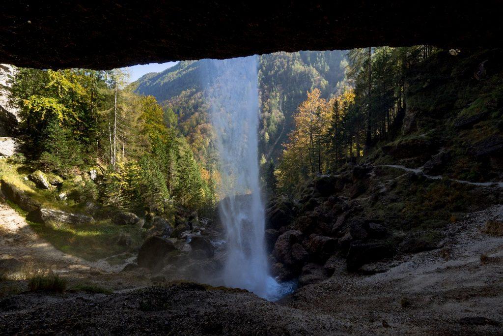 Dietro la cascata inferiore, coi colori autunnali