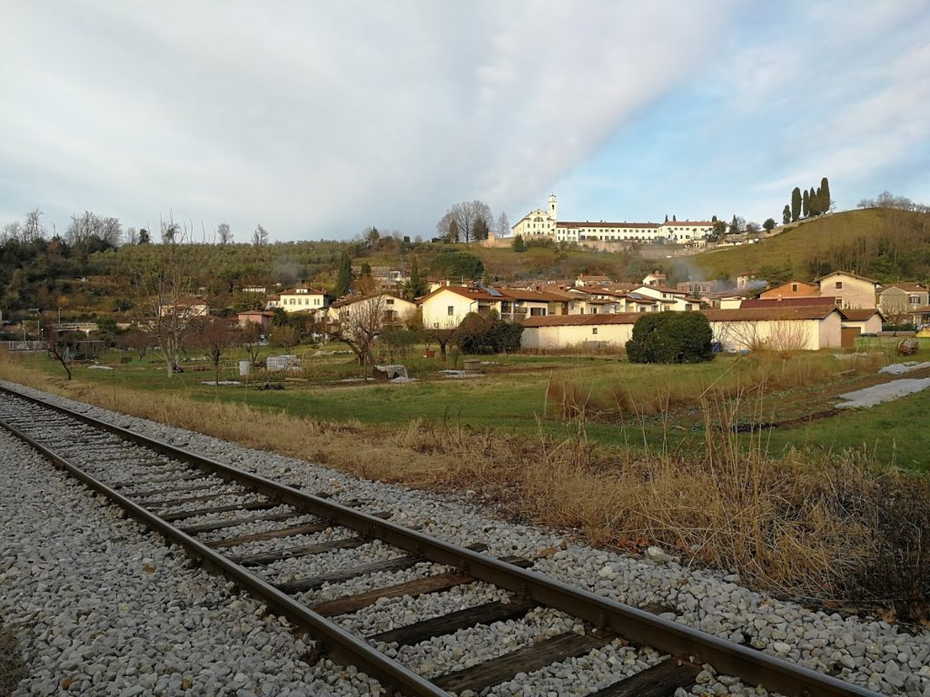 il monastero di Kostanjevica oltre l'abitato di Rožna Dolina