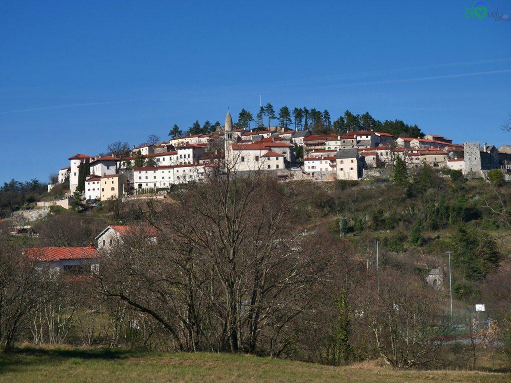 Il castello col borgo di Štanjel arroccato sulla collina