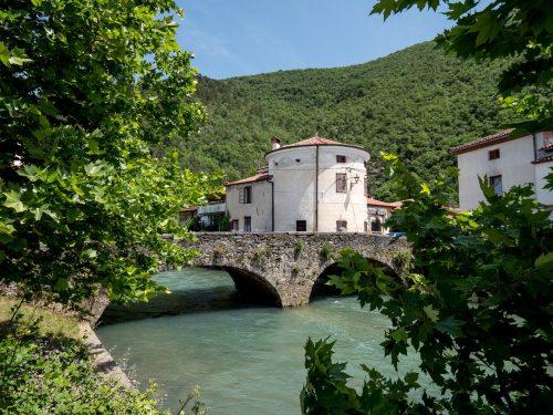 Vipava - La torre del Tabor dietro al ponte di pietra