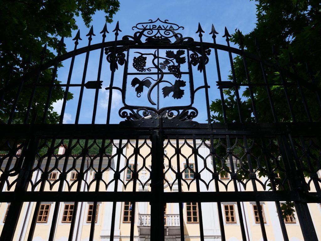 Vipava - Il palazzo Lantieri dietro il cancello del parco