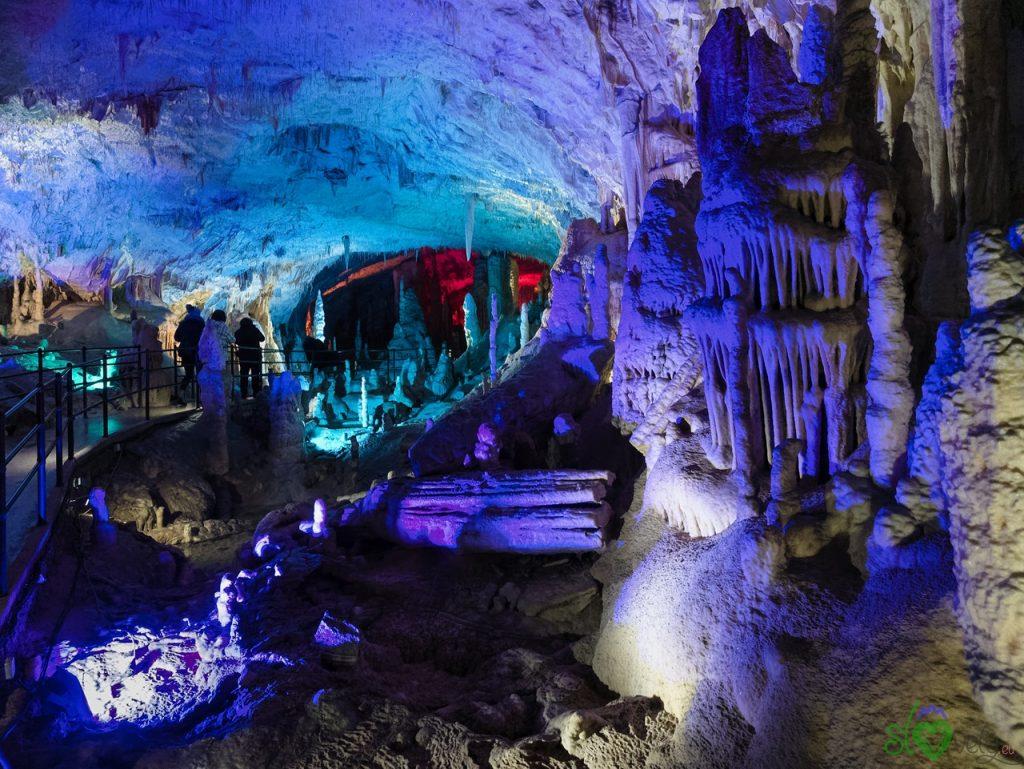Le meravigliose sculture naturali delle grotte di Postumia, splendidamente illuminate