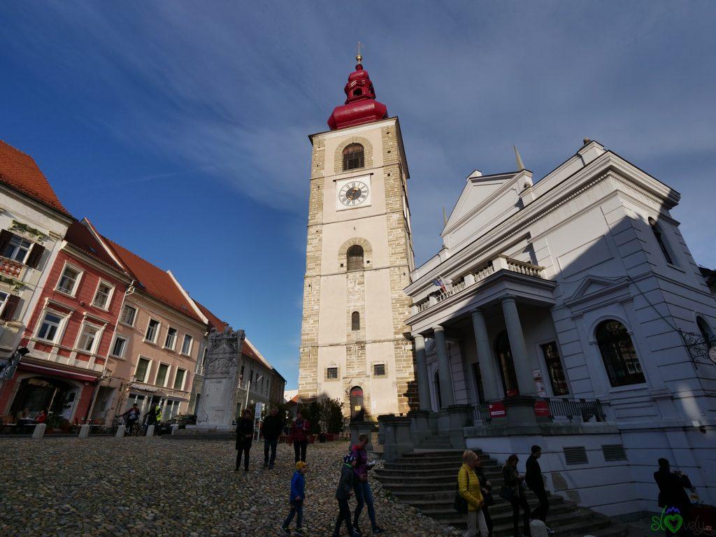 La chiesa di San Giorgio con l'Orfejev spomenik
