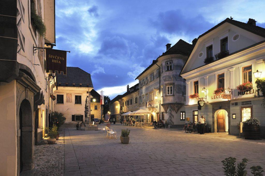 Linhartov trg con le luci della sera - (c) Slovenia.info