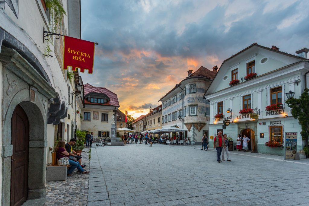 Lihnartov trg con la Šivčeva hiša in primo piani - (c) Slovenia.info