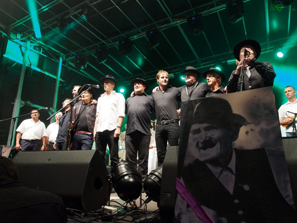 Vlado Kreslin con la Beltinška Banda e una gigantografia di Joužek a Beltinci