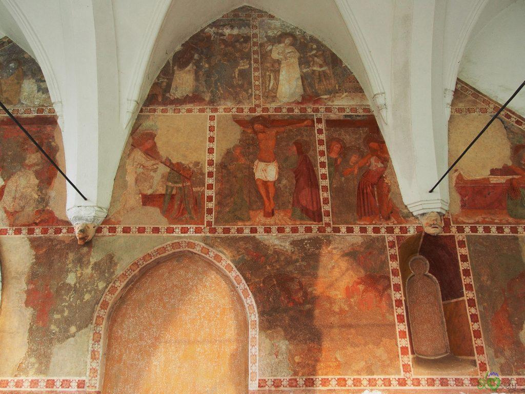 Il ciclo della Passione all'esterno della chiesa di Crngrob