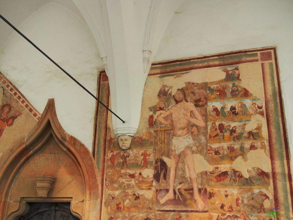 Il ciclo del Cristo della Domenica all'esterno della chiesa di Crngrob