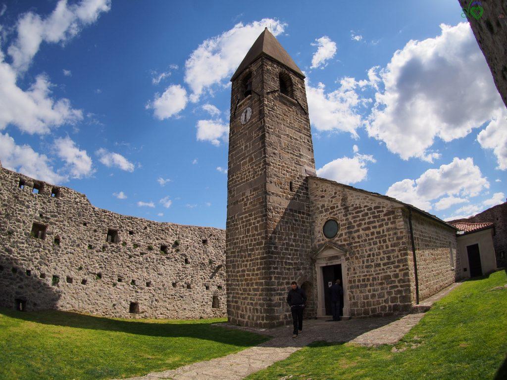 La chiesa di Hrastovlje all'interno delle mura