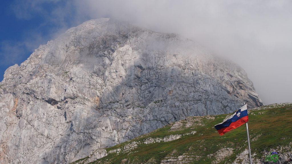 Sventola la bandiera slovena presso il rifugio