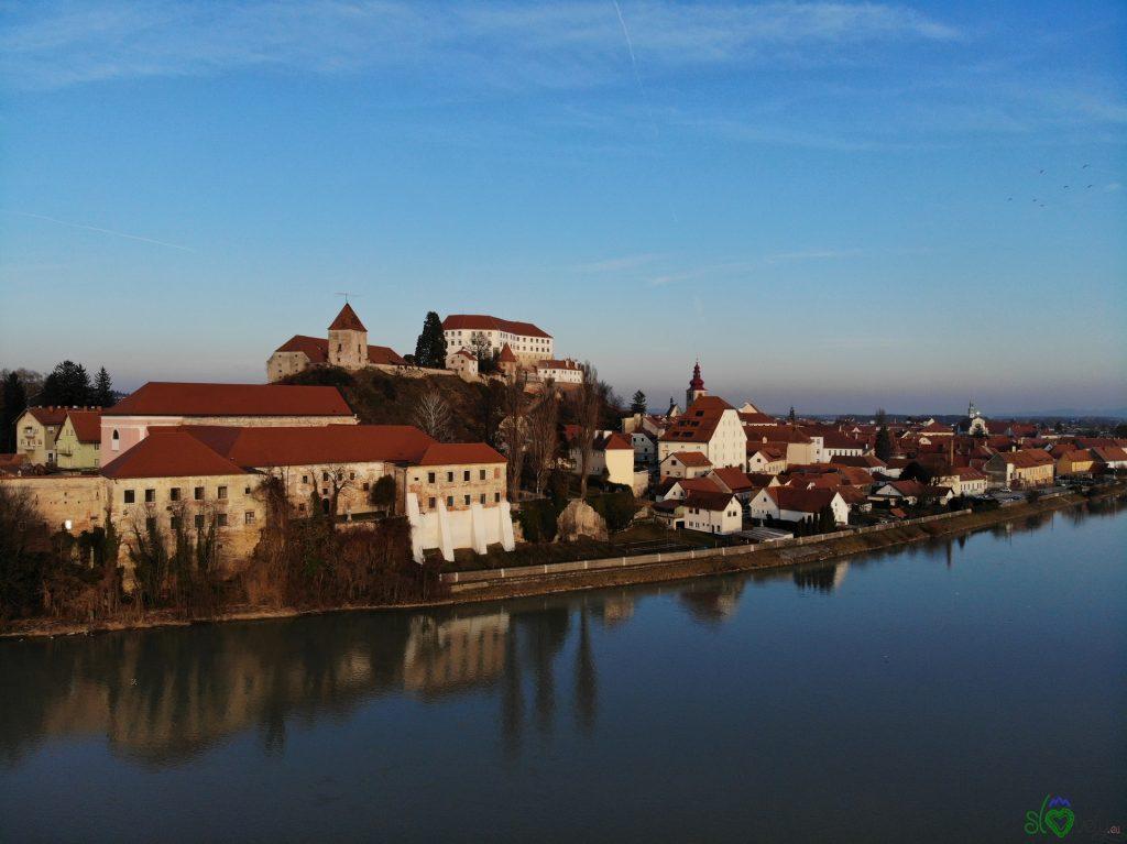 Lo splendido centro storico di Ptuj adagiato sulla Drava