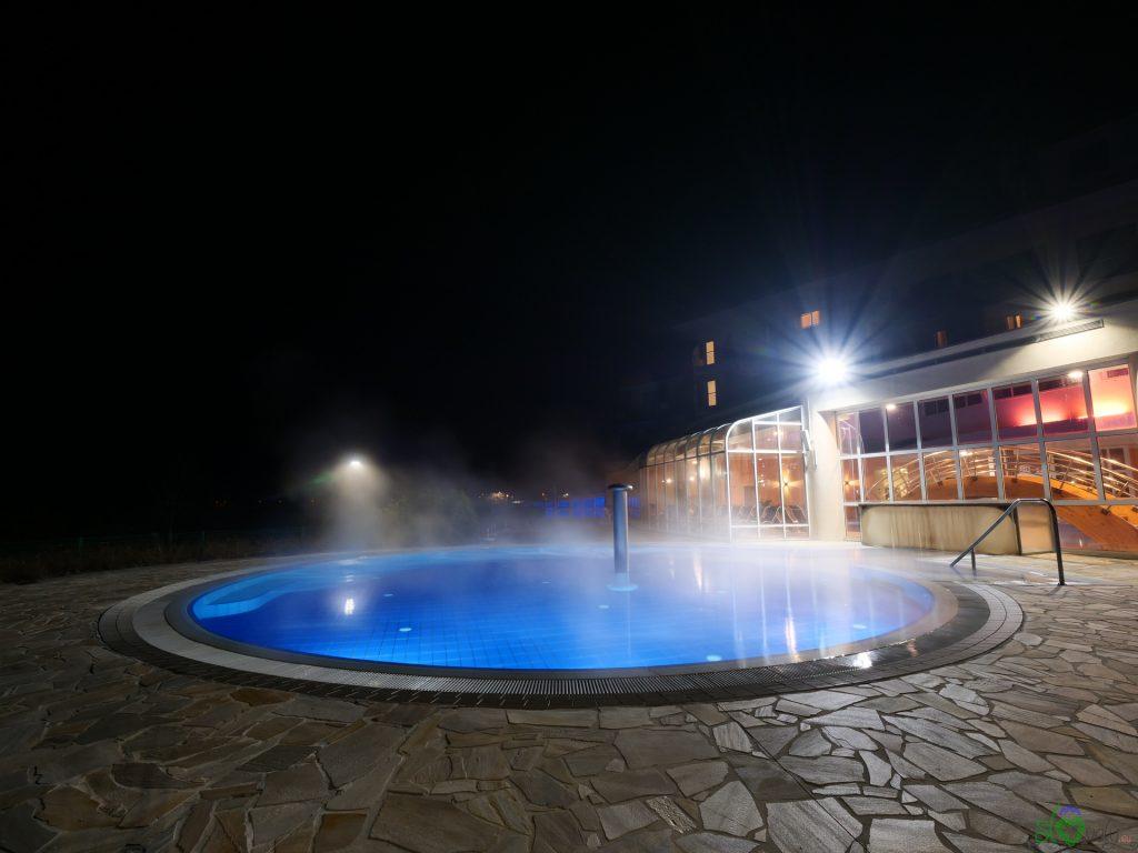La piscina esterna, calda anche in inverno
