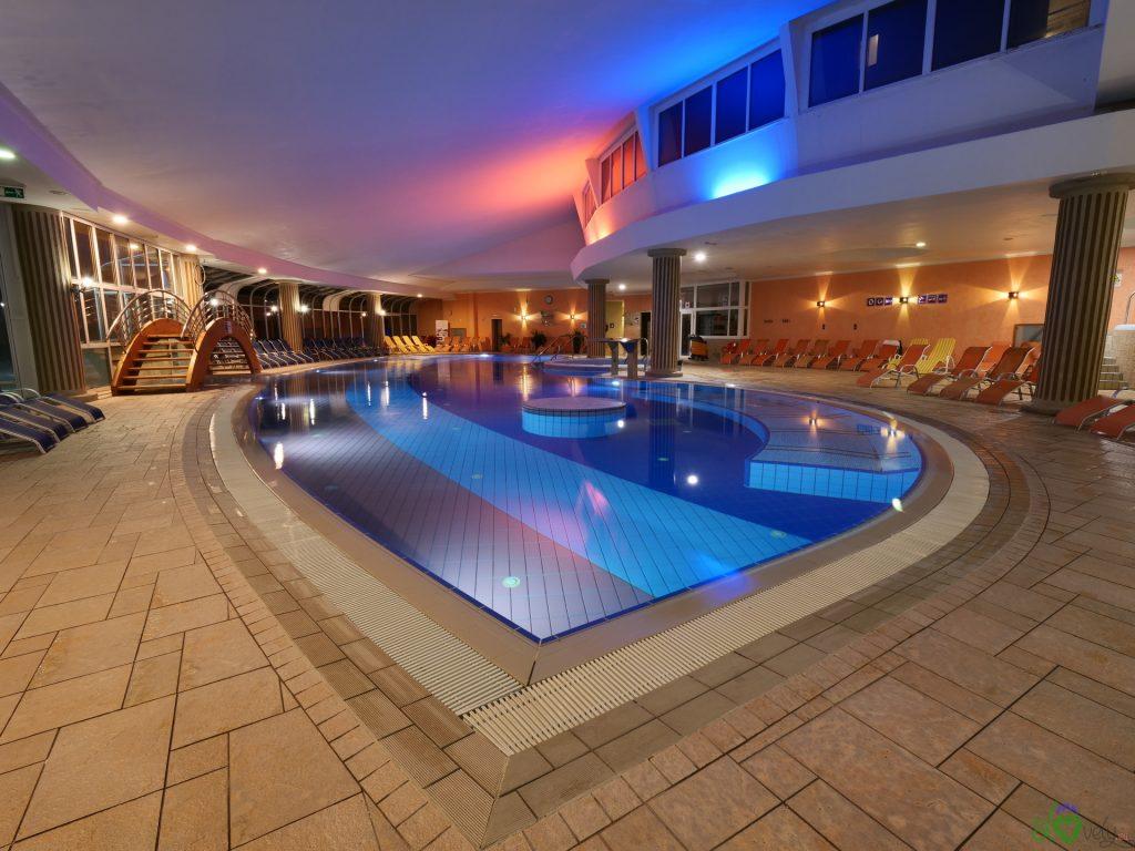La splendida piscina principale dell'albergo