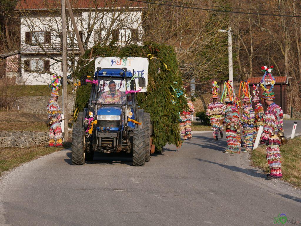 I trattori che portano i Pustarji