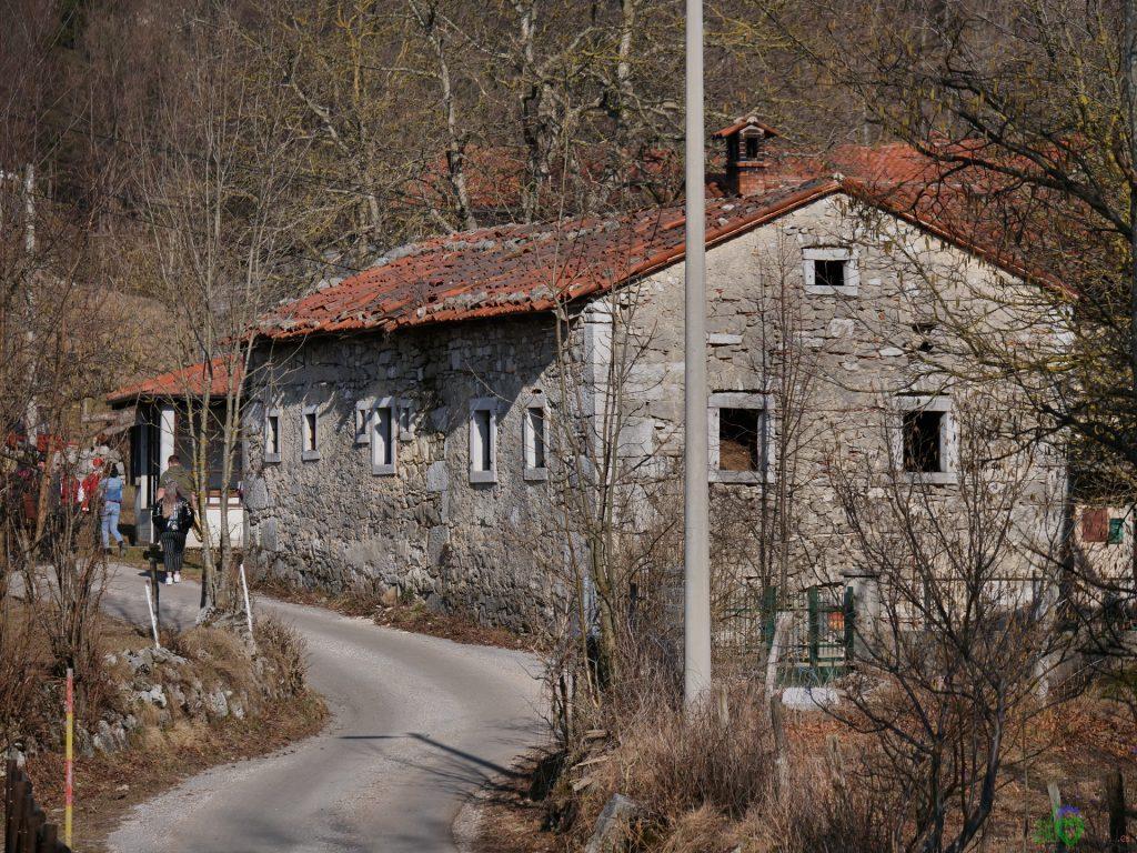 Vecchie case di pietra a Podlaka