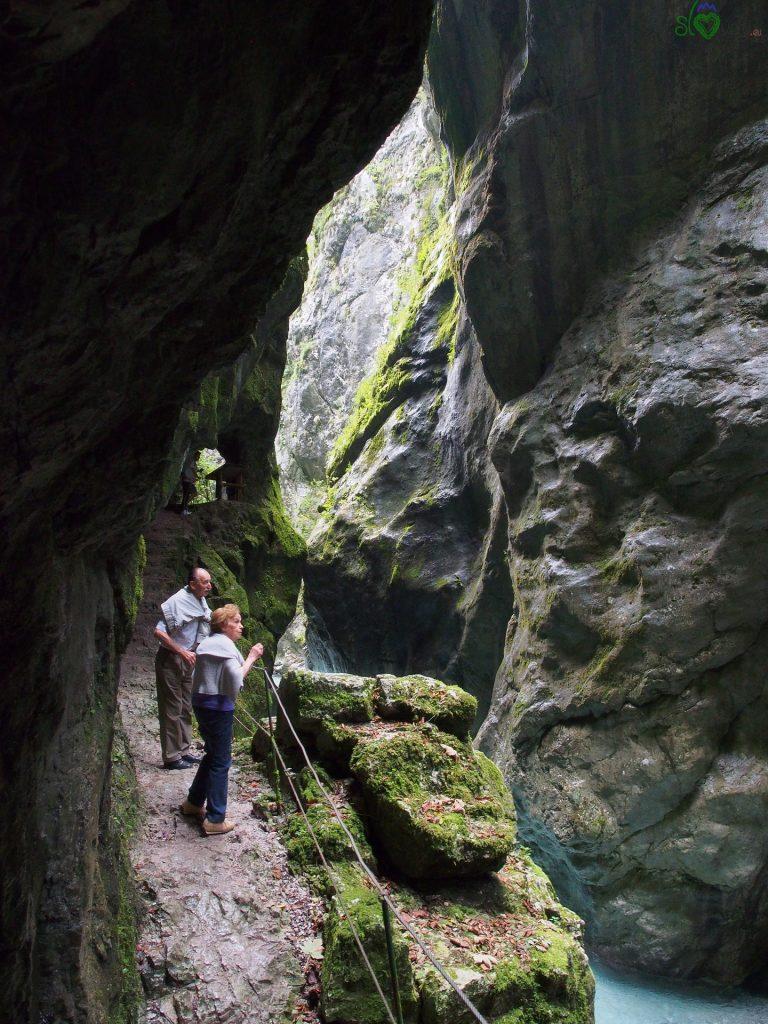 Il percorso pedonale scavato nella roccia sopra il torrente