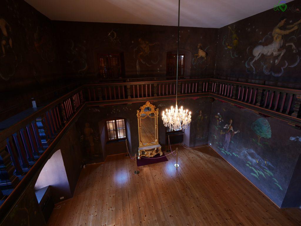 La sala dello zodiaco con lo specchio barocco