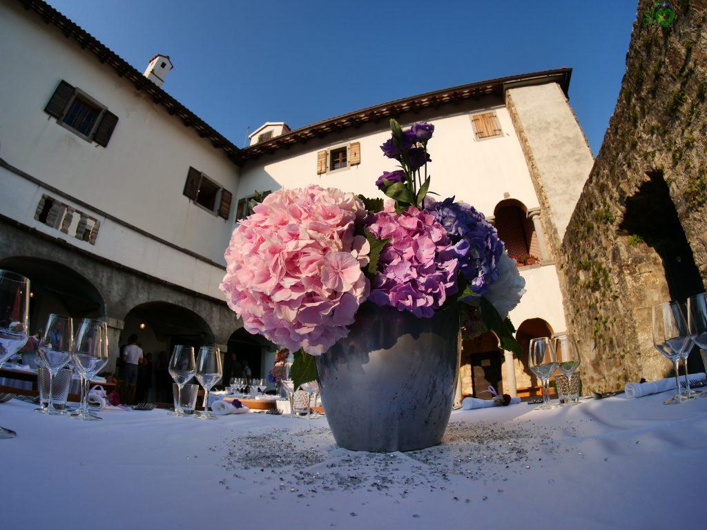 Splendidi fiori freschi addobbano la tavola