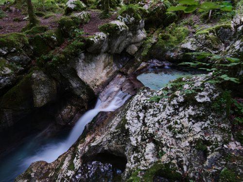La forza dell'acqua della Lepenjica che scava la roccia