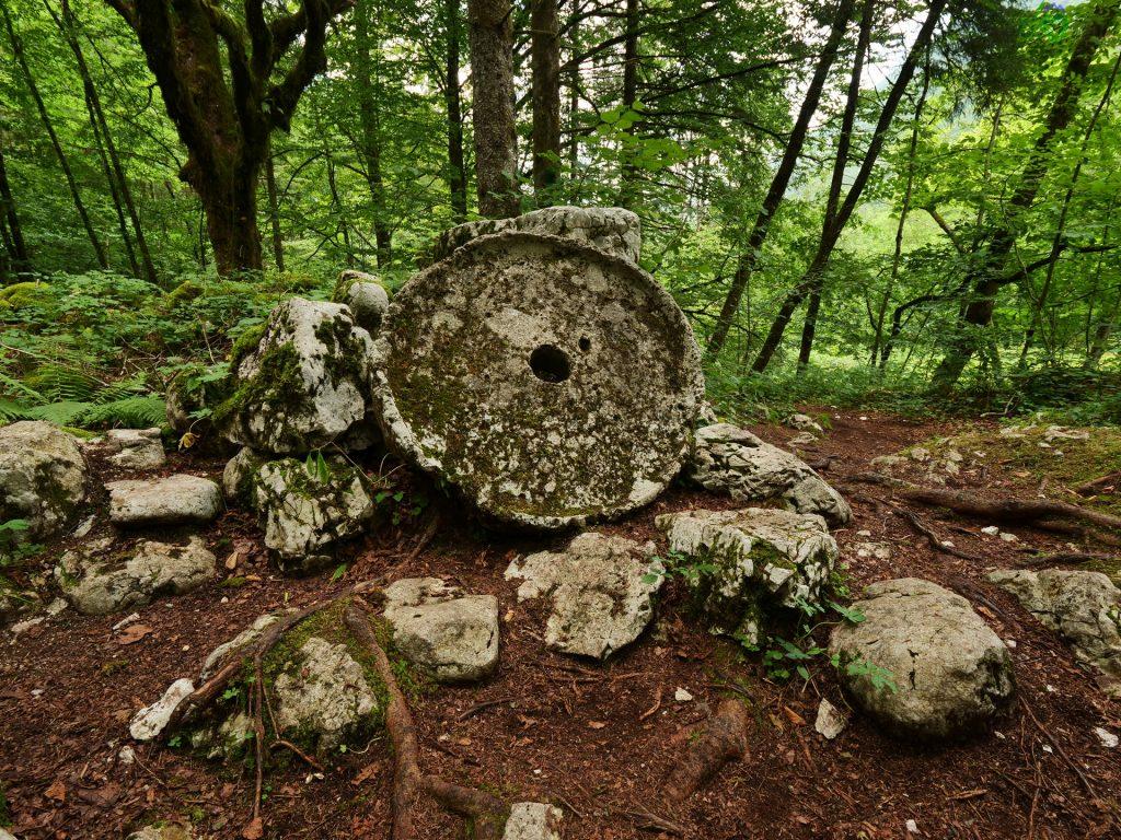 La ruota di pietra dell'antico mulino