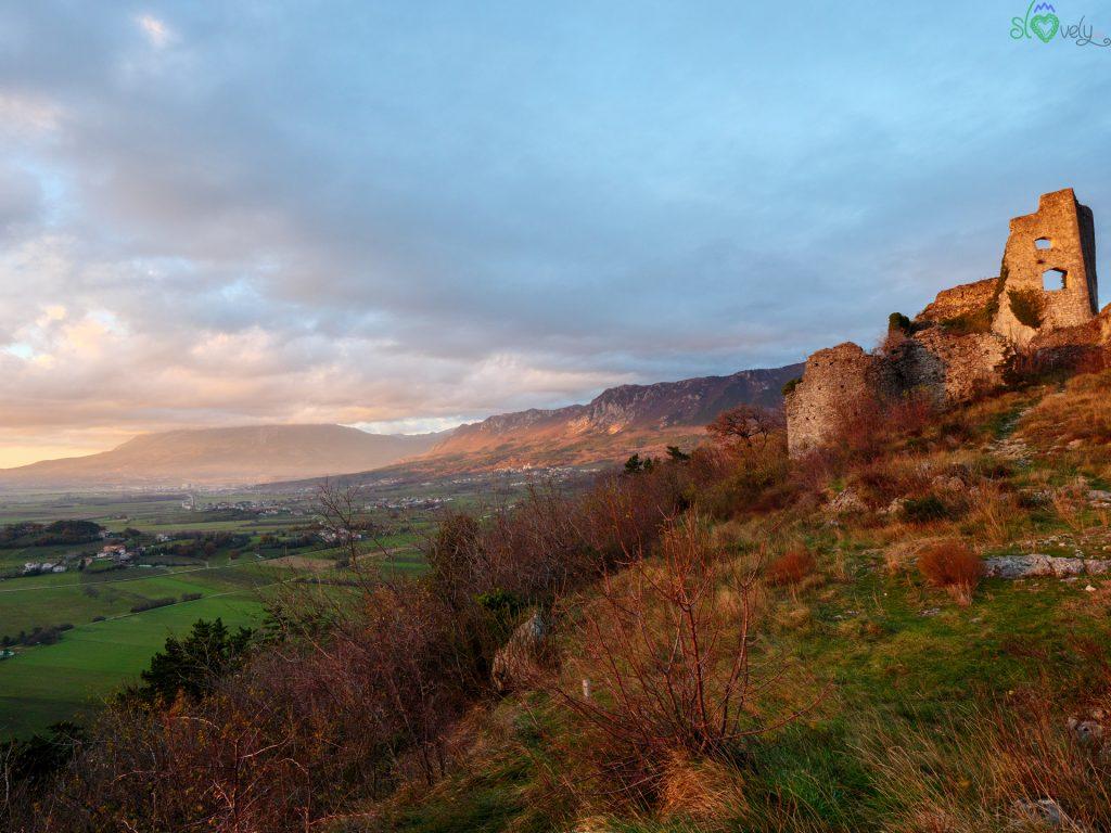 Vipava - Le rovine dello Stari Grad al tramonto