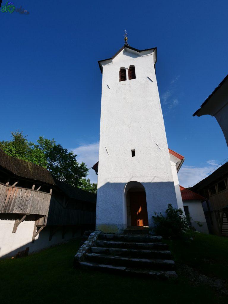L'alto campanile della chiesa.
