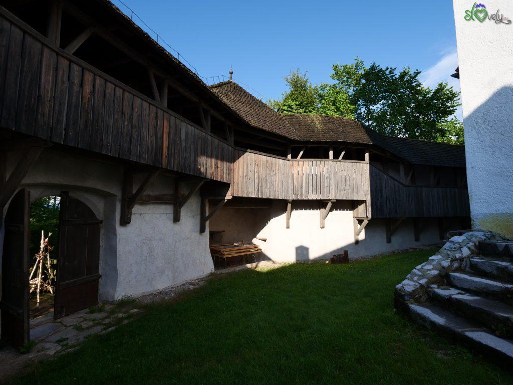 All'interno delle mura del Tabor.