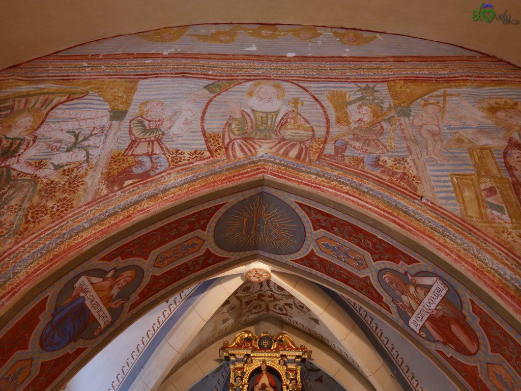 Caino e Abele sull'arco del presbiterio.