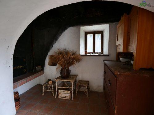 """Una minuscola """"cucina nera"""" all'interno della torre."""