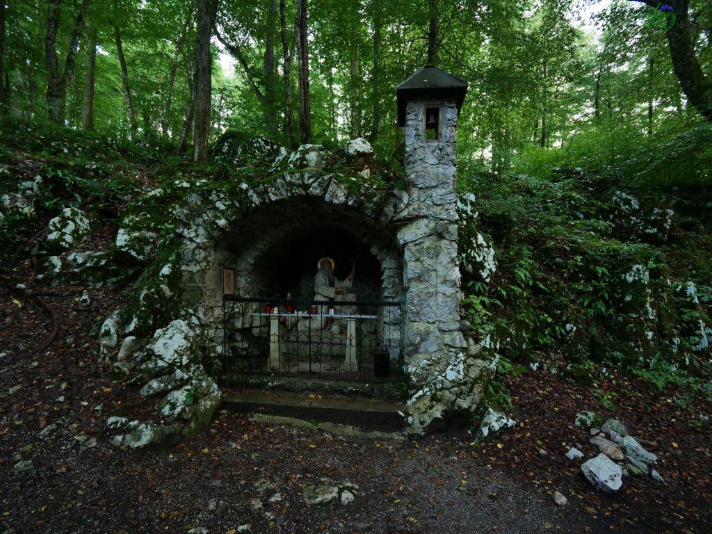 La grotta-cappella di Sant'Antonio, ai piedi del tabor.