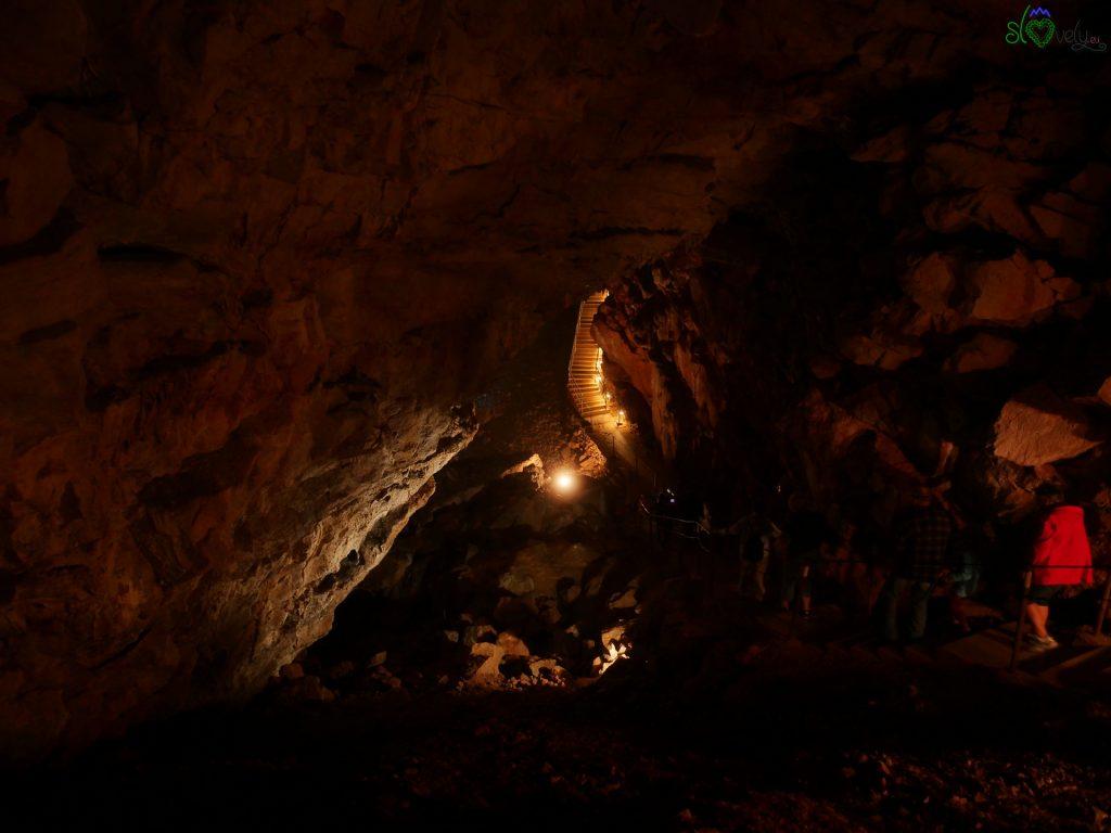 La grotta è ancora più suggestiva con poca luce.