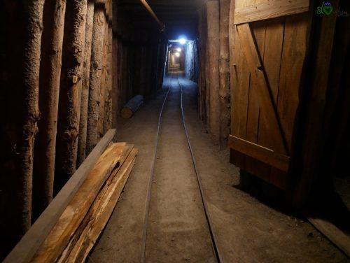 Le strette gallerie della miniera.