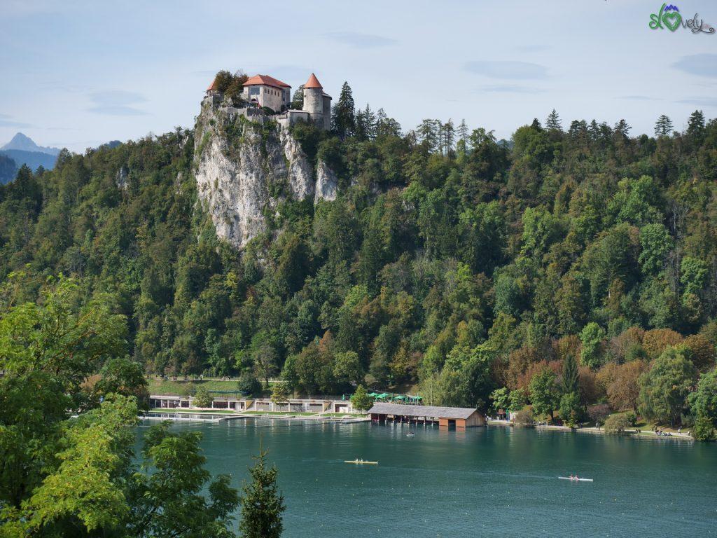 Il lago e il castello di Bled, col Triglav alle loro spalle.