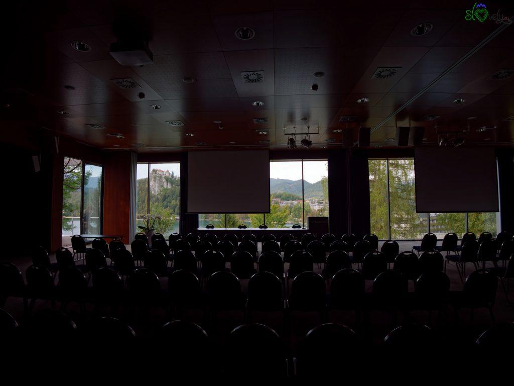 La grandissima sala conferenza con vista sul castello di Bled.