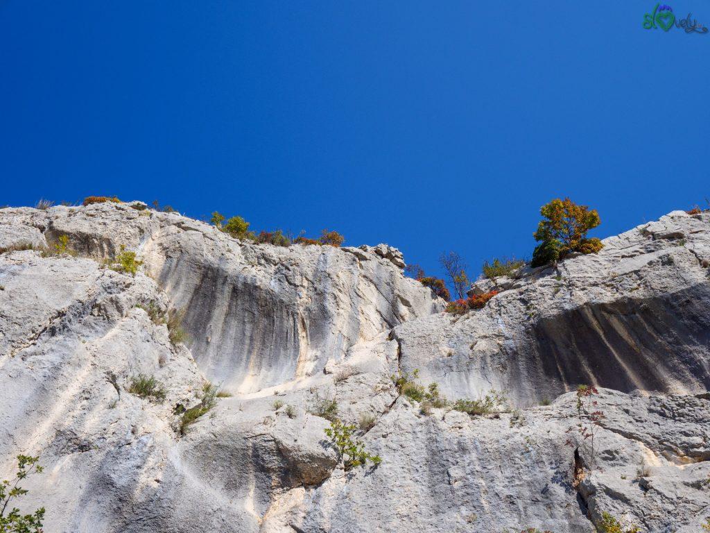 Le imponenti pareti rocciose modellate dalla bora.
