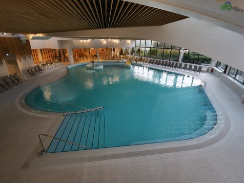 La splendida piscina interna dell'Hotel Ajda.