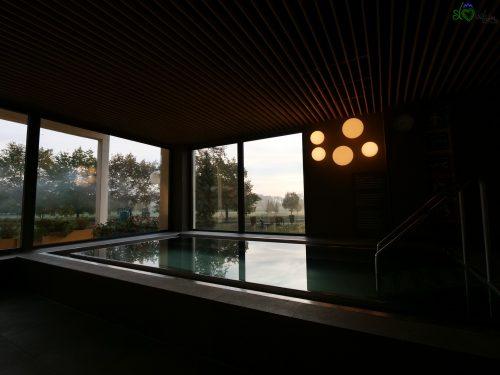 """Una piccola piscina con l'""""oro nero"""" del Prekmurje."""