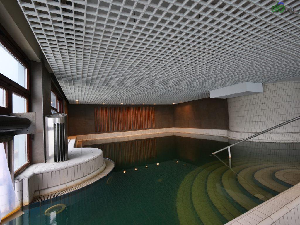 Nel parco termale c'è una grande piscina interna ed esterna con l'acqua nera.
