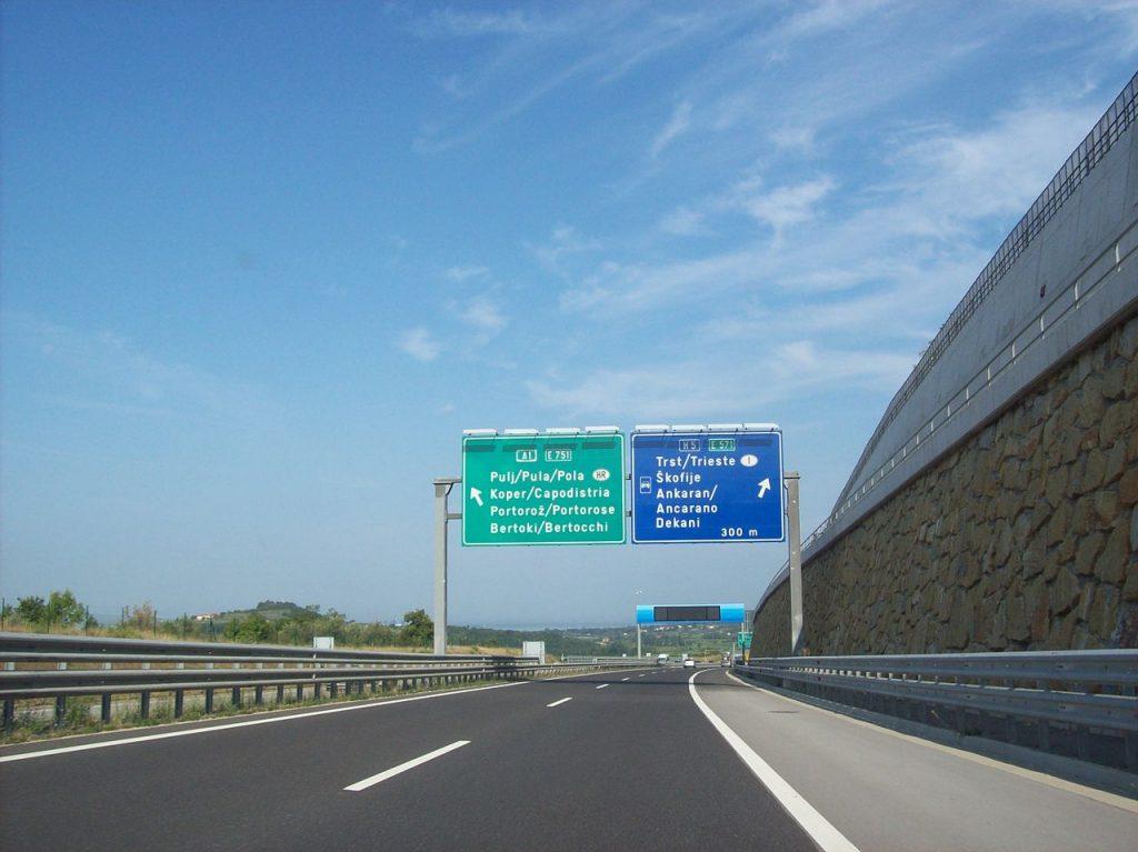 L'autostrada A1 nei pressi di Koper/Capodistria, con tabelle bilingui e la supestrada per Trieste. Qui serve la vinjeta.