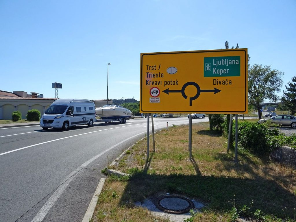 Cartello giallo per Trieste, non si paga, cartello verde per Ljubljana e Koper, serve la vinjeta!