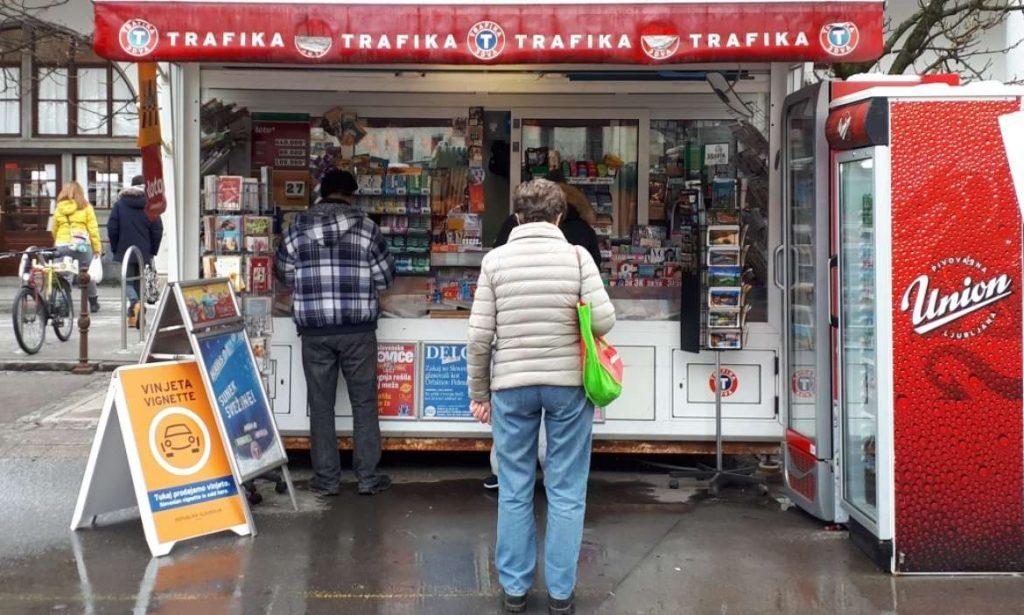 Vinjeta in vendita presso un tabacchino in Slovenia.