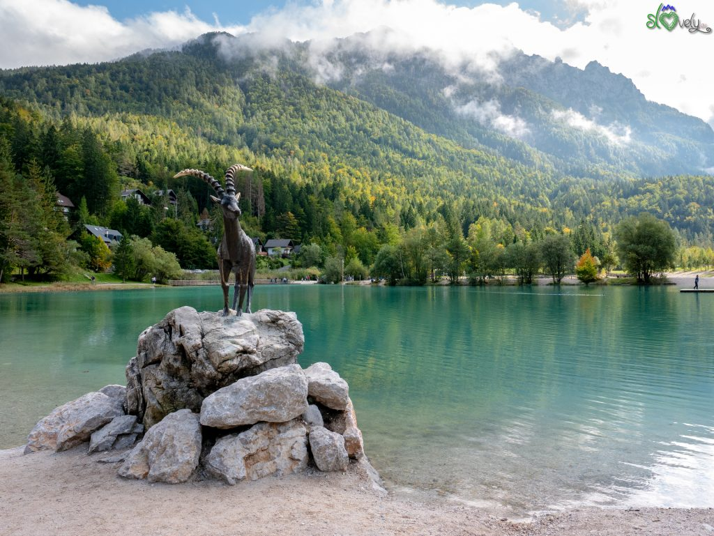 Lo splendido jezero Jasna, ai piedi delle Alpi di Kranjska gora.