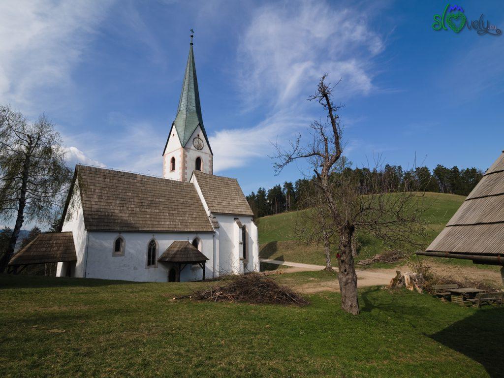 L'esterno della chiesa di Sant'Anna a Leše, nella Koroška.